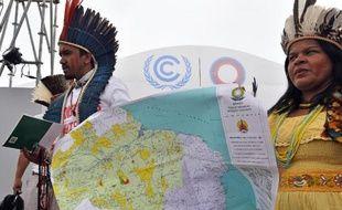Des membres de l'Association des peuples indigènes du Brésil manifestent pour leurs droits, lors de la conférence internationale de l'ONU sur le Climat, le 8 décembre 2014 à Lima