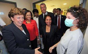 Roselyne Bachelot en visite à Saint-Denis-de-la-Réunion rencontre les personnels de santé qui luttent contre le virus de la grippe A (H1N1).