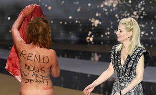 Corinne Masiero aux César, nue, avec des inscriptions politiques sur son corps.