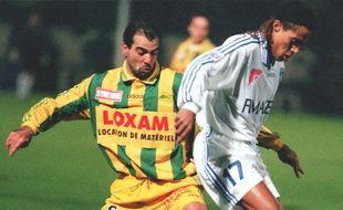 L'ancien milieu de terrain du FC Nantes Jean-Michel Ferri face à l'Auxerrois Steve Marlet en 1997.