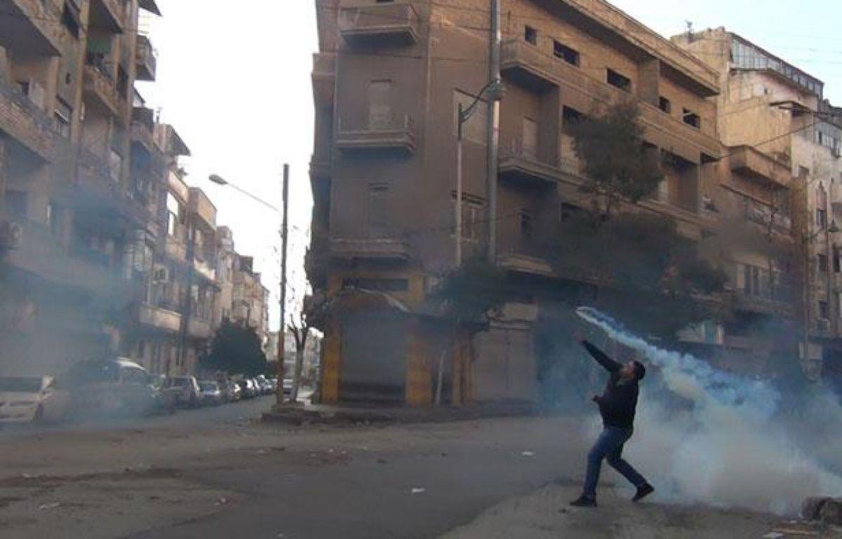 Un manifestant à Homs, en Syrie, le 27 décembre 2011. – AFP