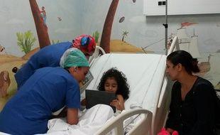Les enfants peuvent sur la tablette vingt minutes avant l'opération et la gardent jusqu'à l'endormissement