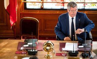 Levallois-Perret (Hauts-de-Seine), le 1er juillet. Patrick Balkany regarde sa montre avant le début d'un conseil municipal dans la ville qu'il dirige depuis 37 ans.