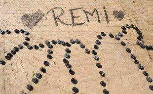 Le nom de Rémi écrit sur le sol à l'endroit où l'opposant au barrage de Sivens a été retrouvé mort par les gendarmes dans la nuit de samedi à dimanche. AFP PHOTO / REMY GABALDA