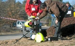 Un homme du Sdis 13 vêtu d'une combinaison recherche des traces de radioactivité, avec l'appui d'un drone.