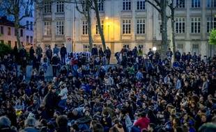 """Des centaines de personnes réunies place Guichard à Lyon le 9 avril pour le rassemblement """"Nuit debout""""."""