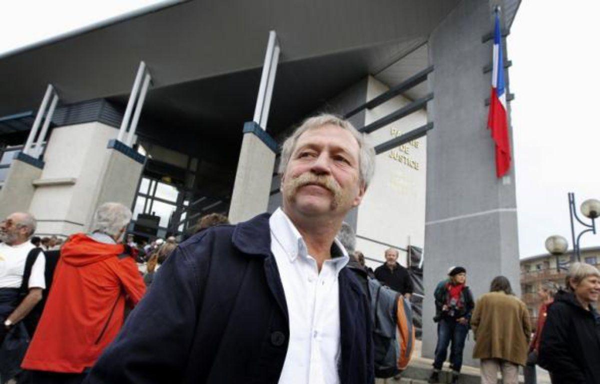 José Bové et 3 faucheurs volontaires ont été condamnés mardi en correctionnelle à Marmande à 120 jours-amende de 50 euros pour avoir détruit une parcelle de maïs OGM en 2006 à Grezet-Cavagnan (Lot-et-Garonne), alors que 82 autres faucheurs ont écopé de deux mois de prison avec sursis. – Patrick Bernard AFP/Archives