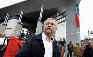 José Bové et 3 faucheurs volontaires ont été condamnés mardi en correctionnelle à Marmande à 120 jours-amende de 50 euros pour avoir détruit une parcelle de maïs OGM en 2006 à Grezet-Cavagnan (Lot-et-Garonne), alors que 82 autres faucheurs ont écopé de deux mois de prison avec sursis.