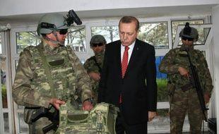 Le président Tayyip Erdogan en visite au siège des forces spéciales de gendarmerie le 16 février 2016 à Ankara
