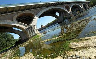 Illustration d'une  sécheresse de la Garonne sont deja tres largement entame à Toulouse en 2012.