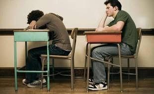 Deux étudiants s'ennuient en classe.
