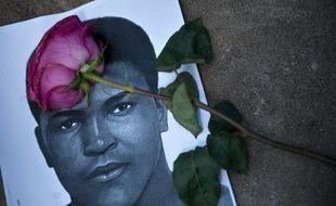 Une rose sur le portrait de Mohamed Ali dans le centre qui porte son nom, le 5 juin 2016 à Louisville dans le Kentucky
