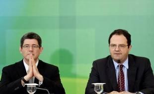 Les ministres brésiliens des finances Joaquim Levy (g) et de la planification Nelson Barbosa tiennent une conférence de presse à Brasilia, le 14 septembre 2015 pour annoncer des coupes budgétaires