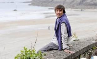 Loin de l'agitation médiatique, Nicolas Hulot profite des charmes de la côte d'Emeraude depuis sa villa qui surplombe la plage de Saint-Lunaire.
