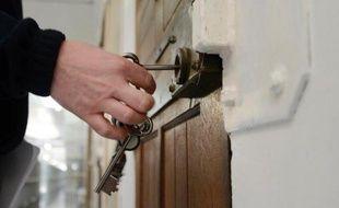 A la suite d'une erreur de procédure judiciaire à cause d'un fax, une femme détenue à Epinal (Vosges), soupçonnée d'avoir livré sa fille à un pédophile, a été remise en liberté jeudi, a-t-on appris de source proche du dossier.