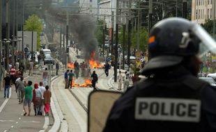 La ligne de tramway de Sarcelles bloquée par des barricades enflammées le 20 juillet 2014 en marge d'une manifestation interdite