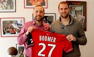 Mathieu Bodmer et son nouveau maillot prennent la pose avec le président de l'EAG, Bertrand Desplat.