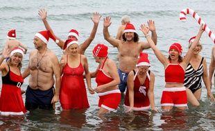Le traditionnel bain de Noël dans la mer Baltique à Warnemuende, en Allemagne, le 24 décembre 2019.