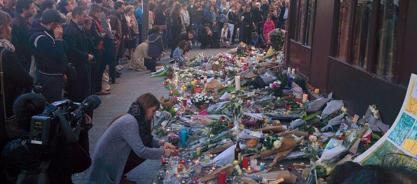 Le 15 novembre 2015 à Paris, des hommages sont rendus devant les terrasses visées par les attentats.