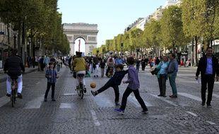 Des enfants jouent sur les Champs-Elysées lors de l'opération «Journée sans voitures».