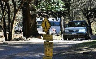 Une voiture transportant le juge Martin Perez, chargé de l'affaire des Françaises tuées en Argentine, emprunte le chemin de randonnée de San Lorenzo où ont été retrouvés les corps des deux touristes, le 4 août 2011.