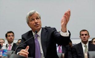 Les traders de JPMorgan Chase à l'origine d'une perte d'au moins 2 milliards de dollars ne comprenaient pas les risques qu'ils prenaient et la stratégie qu'ils suivaient était mal pilotée, a affirmé Jamie Dimon, PDG de la banque américaine, devant une commission parlementaire mardi.