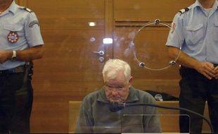 Emile Louis, le 10 octobre 2005, dans le boxe des accusés à la cour d'assises des Bouches-du-Rhône à Aix-en-Provence.