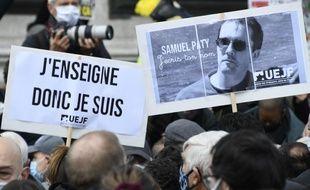 Le portrait de Samuel Paty lors d'une manifestation à Paris, place de la République, le 18 octobre 2020.