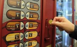 Le secteur de la distribution automatique, affecté par la flambée du prix des matières premières comme le café et par une baisse de la consommation liée notamment au chômage, envisage une augmentation des prix pour la première fois en dix ans.