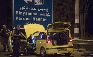 Inspection d'une voiture utilisée dans des violences à Hadera le 11 octobre 2015.
