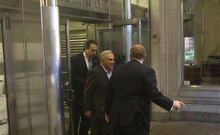 Dominique Strauss-Kahn, à la sortie de sa résidence new-yorkaise où il a été placé en résidence surveillée, le 25 mai 2011.