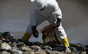 Nettoyage de la plage de Goleta, en Californie, le 22 mai 2015