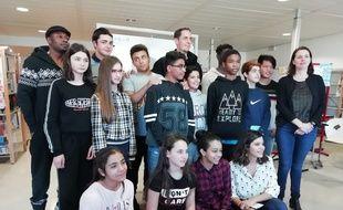 Grand Corps Malade et Mc Solaar ont animé un atelier de slam à Bron auprès de collégiens migrants.