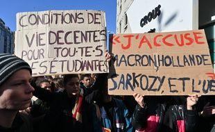 Des centaines d'étudiants se sont rassemblés ce mardi matin devant le Crous de Lyon après l'immoaltion d'un des leurs, toujours entre la vie et la mort ce 12 novembre 2019.