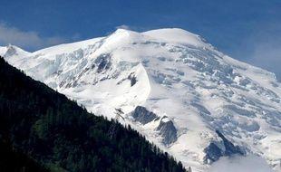 Un gardien de refuge qui rejoignait à peau de phoque son refuge avec son fils, dans la vallée des Avals à Courchevel (Savoie), a trouvé la mort vendredi dans une avalanche, a-t-on appris auprès du peloton de gendarmerie de haute montagne (PGHM), confirmant une information du Dauphiné libéré.