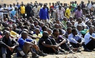 La présidence sud-africaine a demandé à l'opérateur Lonmin de la mine de Marikana, où 34 grévistes ont été tués par la police la semaine dernière, de suspendre son ultimatum fixé à mardi pour la reprise du travail.