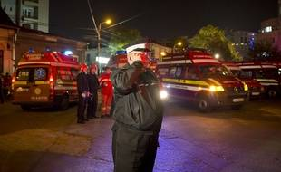 A Bucarest après un incendie mortel survenu le 31 octobre 2015 dans une boîte de nuit.