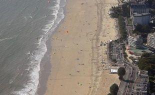 Un militant anti-mariage gay survole depuis une semaine les plages du littoral atlantique avec un ULM tractant une banderole appelant à la démission du président François Hollande, ont constaté des journalistes de l'AFP.