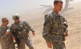Le limogeage du général McChrystal (à d.) intervient alors que les forces internationales sont engagées dans deux offensives cruciales dans le sud de l'Afghanistan.