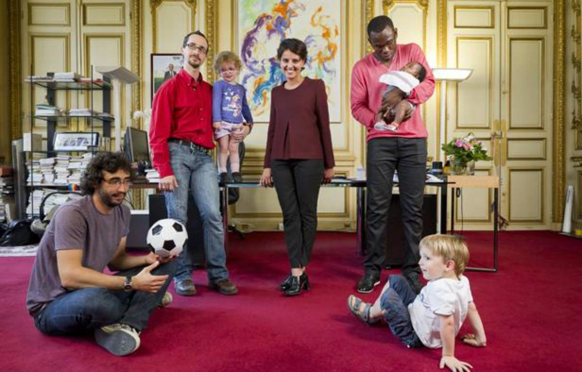 Najat Vallaud-Belkacem, ministre des Droits des femmes et porte-parole  du gouvernement, pose le 1er juillet 2013 dans son bureau avec 3 pères  de famille dans le cadre de la présentation prochaine d'un projet de loi  sur la parité homme-femme pour les congés parentaux. – V. WARTNER / 20 MINUTES