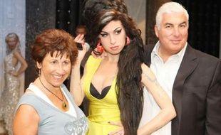 Janis et Mitch Winehouse aux côtés de la statue de cire représentant leur fille Amy inaugurée au musée de Madame Tussauds de Londres, le 23 juillet 2008.