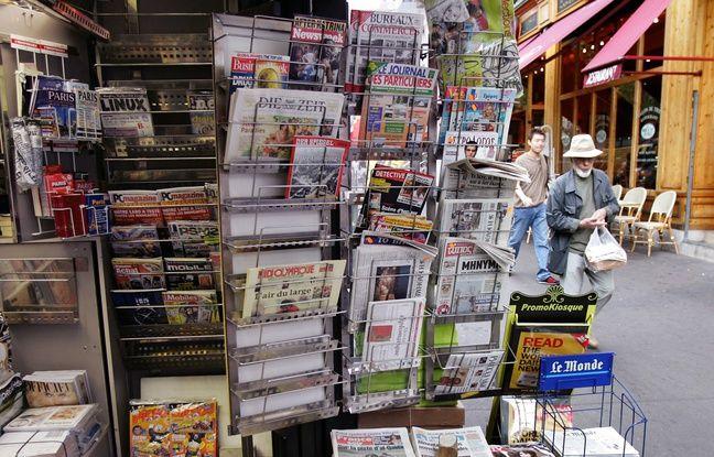 Un kiosque à journaux à Paris.