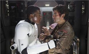 John Boyega et Chris Isaac dans Star Wars - Le Réveil de la Force
