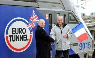 Les deux ouvriers qui ont fait la jonction en 1990 se retrouvent à l'entrée du tunnel, vingt ans après son ouverture