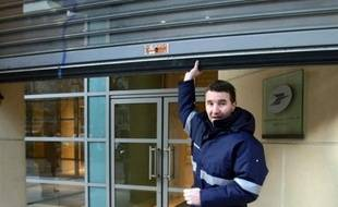 Olivier Besancenot devant son bureau de Poste.