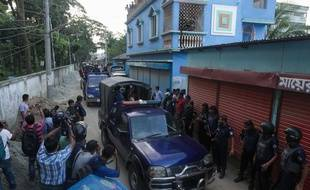 Des policiers bangladais escortent les corps des djihadistes abattus.