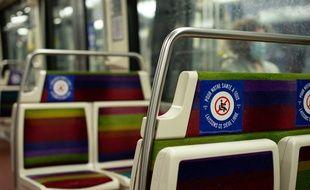 À Paris, les rames de métro, quais et sièges sont prêts a accueillir les voyageurs d Ile de France : autocollants entre les sièges, rappel des mesures pour respecter les gestes barrières, etc.