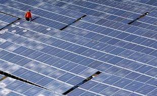 Un homme travaille sur une centrale solaire (image d'illustration).