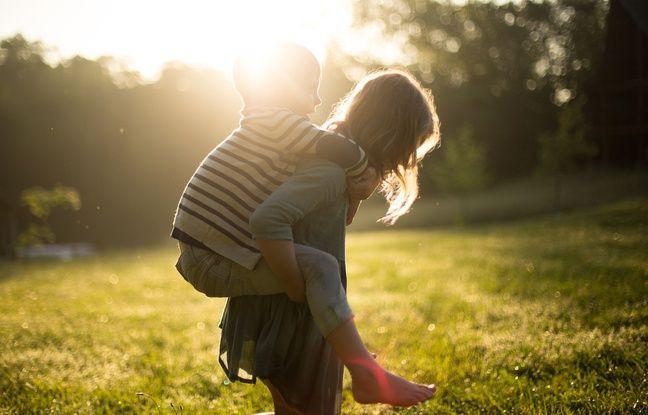 Protéger ses enfants, ce n'est pas seulement à la plage: pendant le sport, les promenades, dans le jardin, il faut aussi les couvrir et leur mettre de la crème solaire.