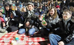 4.000 personnes ont participé à un apéritif géant organisé via Facebook, le 25 mars 2010, à Rennes